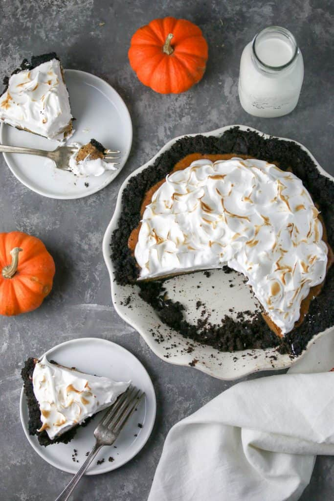 a pumpkin oreo pie with two slices on plates