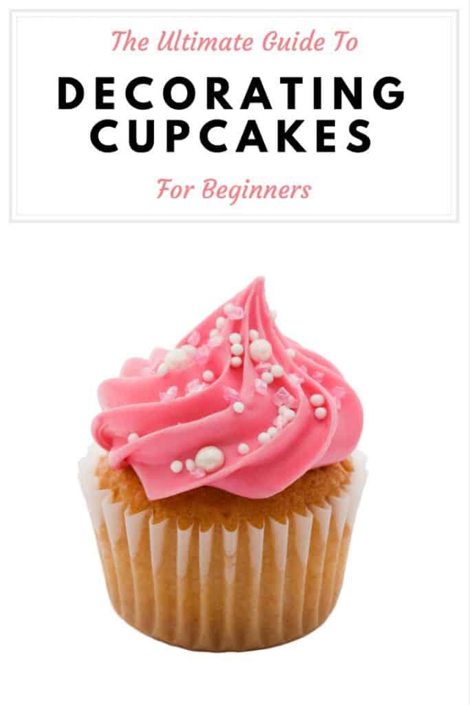 """Bolo de baunilha com cobertura cor-de-rosa e salpicos brancos e um título que diz """"último guia de decoração de bolos para principiantes""""""""ultimate guide to decorating cupcakes for beginners"""""""