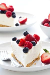 no-bake-frozen-cheesecake-with-berries