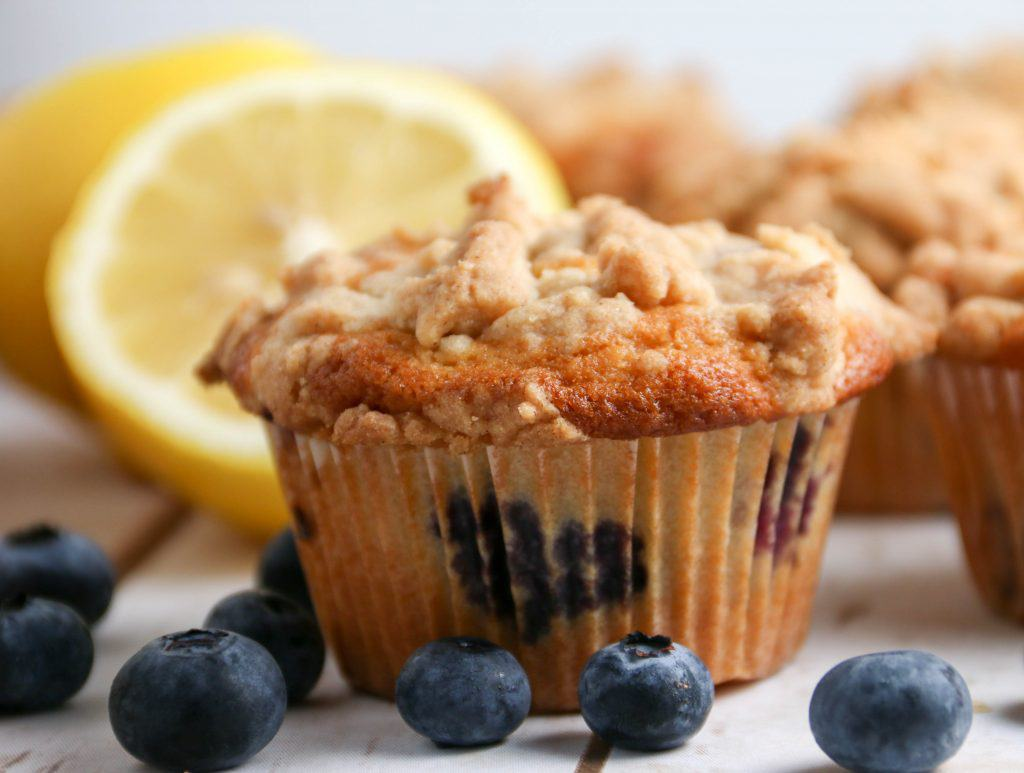 easy blueberry streusel muffin
